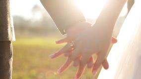 Att gifta sig mig i dag och dagligt Nygift personpar stock video