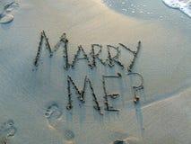 Att gifta sig mig i sanden Royaltyfria Bilder