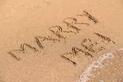 Att gifta sig mig ordet på Sunny Summer Beach Sand Arkivbilder