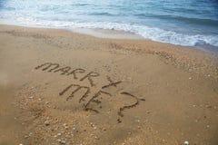 Att gifta sig mig som är skriftlig på den sandiga stranden Royaltyfri Bild