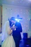 Att gifta sig par i restaurangen är att dansa Arkivfoton