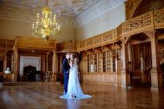 Att gifta sig par inomhus är att krama sig Royaltyfri Foto