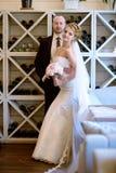 Att gifta sig par inomhus är att krama sig Fotografering för Bildbyråer