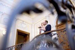 Att gifta sig par inomhus är att krama sig Royaltyfri Bild