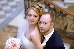 Att gifta sig par inomhus är att krama sig Royaltyfria Foton