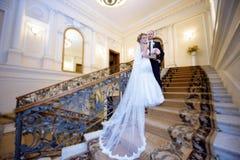 Att gifta sig par inomhus är att krama sig Royaltyfria Bilder