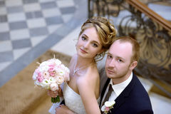 Att gifta sig par inomhus är att krama sig Royaltyfri Fotografi