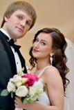 Att gifta sig par inomhus är att krama sig Arkivfoton