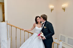 Att gifta sig par inomhus är att krama sig Arkivbilder