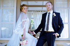 Att gifta sig par på naturen är att krama sig Arkivfoton