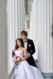 Att gifta sig par på naturen är att krama sig Royaltyfri Foto