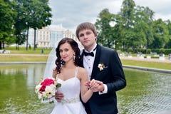 Att gifta sig par på naturen är att krama sig Arkivbild