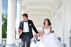 Att gifta sig par på naturen är att krama sig Royaltyfria Bilder
