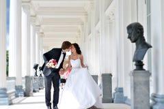 Att gifta sig par på naturen är att krama sig Arkivfoto