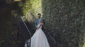 Att gifta sig par står tillsammans Älskvärd brudgum och brud bröllop för tappning för klädpardag lyckligt arkivfilmer