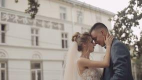 Att gifta sig par står tillsammans Älskvärd brudgum och brud bröllop för tappning för klädpardag lyckligt stock video