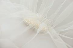 Att gifta sig skyler med en pärlemorfärg hårkam arkivfoto