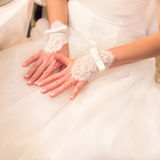 Att gifta sig snör åt handskar av bruden Fotografering för Bildbyråer