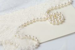 Att gifta sig som är pärlemorfärg och, snör åt inbjudan royaltyfri bild