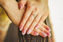 Att gifta sig spikar konst med rosor arkivbilder