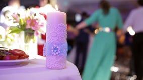 Att gifta sig stearinljuset brände på tabellen candlelight stock video