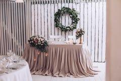 Att gifta sig tabellen i inre med dekorativ design, undersöker och blommar royaltyfria foton