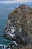 Att gifta sig vaggar på den nordliga CA kusten Royaltyfri Bild