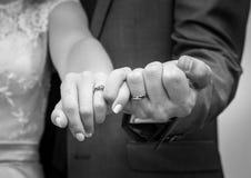 Att gifta sig! Vigselringar Arkivbild