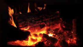 Att glöda för brand loggar in spisen lager videofilmer