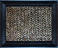 Att gripa in i varandra för sicksack av handcraft bambuvävtextur Fotografering för Bildbyråer