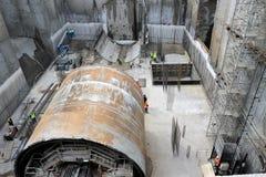 Att gräva för tunnel bearbetar med maskin byggnadsmetroen Royaltyfria Bilder