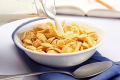 Att hälla mjölkar över cornflakes royaltyfri foto