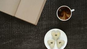 Att hälla mjölkar in i kaffe arkivfilmer