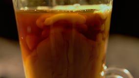 Att hälla mjölkar in i kaffekoppen lager videofilmer