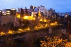 Att hänga hus vaggar på i skymning Cuenca Royaltyfria Foton