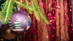 Att hänga på filialjul klumpa ihop sig på bakgrunden av julglitter Royaltyfri Fotografi