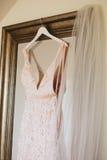Att hänga snör åt bröllopsklänningen Royaltyfria Foton