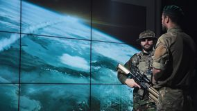 Att hålla ögonen på för armémän bombarderar lanseringen arkivbilder