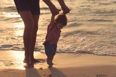 Att hjälpa för fader som är hans, behandla som ett barn med första steg som undervisar behandla som ett barn för att gå begreppet royaltyfria bilder