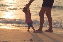 Att hjälpa för fader som är hans, behandla som ett barn med första steg som undervisar behandla som ett barn för att gå begreppet royaltyfria foton