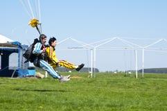 Att hoppa med fritt fall tandemcykeln landar på gräset från ett flygplan L-410 Royaltyfri Fotografi