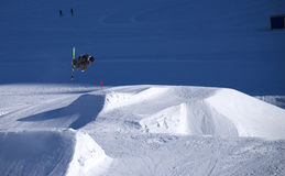 att hoppa skidar Royaltyfria Bilder