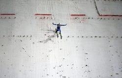 att hoppa skidar Arkivfoton