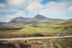 Att hyra en bil är en populär väg att få runt om den highlan skotten Royaltyfria Foton