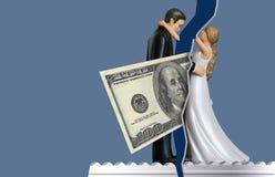 Att illustrera, hur pengarfrågor kan komma mellan par och orsaksskilsmässan, kommer hundra dollarräkning mellan en brud och arkivfoton