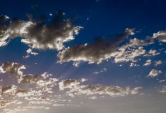 Att inspirera fördunklar i himlen arkivfoton