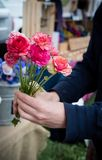 Att köpa blommar på en bonde`-marknad Royaltyfri Fotografi