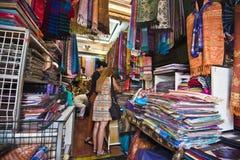 Att köpa en halsduk från pashmina eller silke i Bangkok marknadsföra Royaltyfri Bild