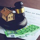 Att att köpa fastigheten lagligt Litet trähus, eurosedlar arkivbild
