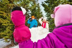 Att kasta för flicka kastar snöboll från baksidan till kastet royaltyfri bild